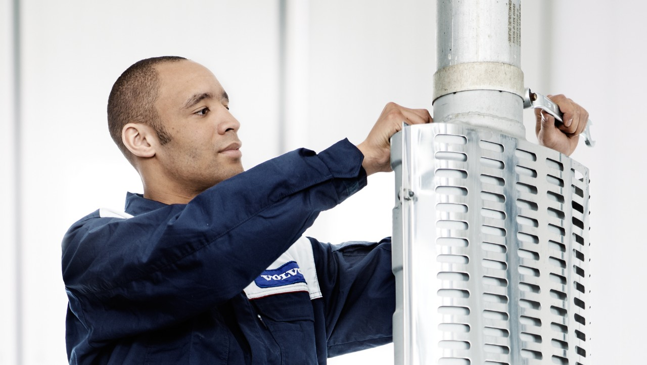 Volvo trucks dealer euro 6 workshop services overview mechanic